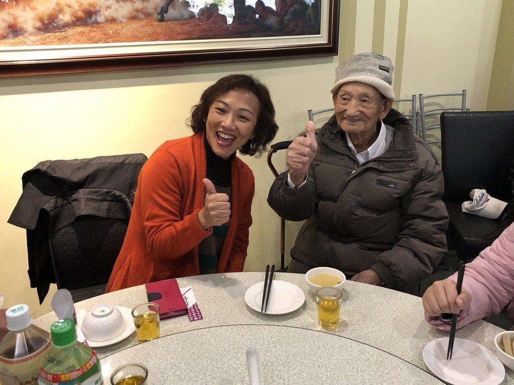 南投縣榮民服務處主任池玉蘭(左)寒冬送暖,訪視老榮民。 記者江良誠/攝影