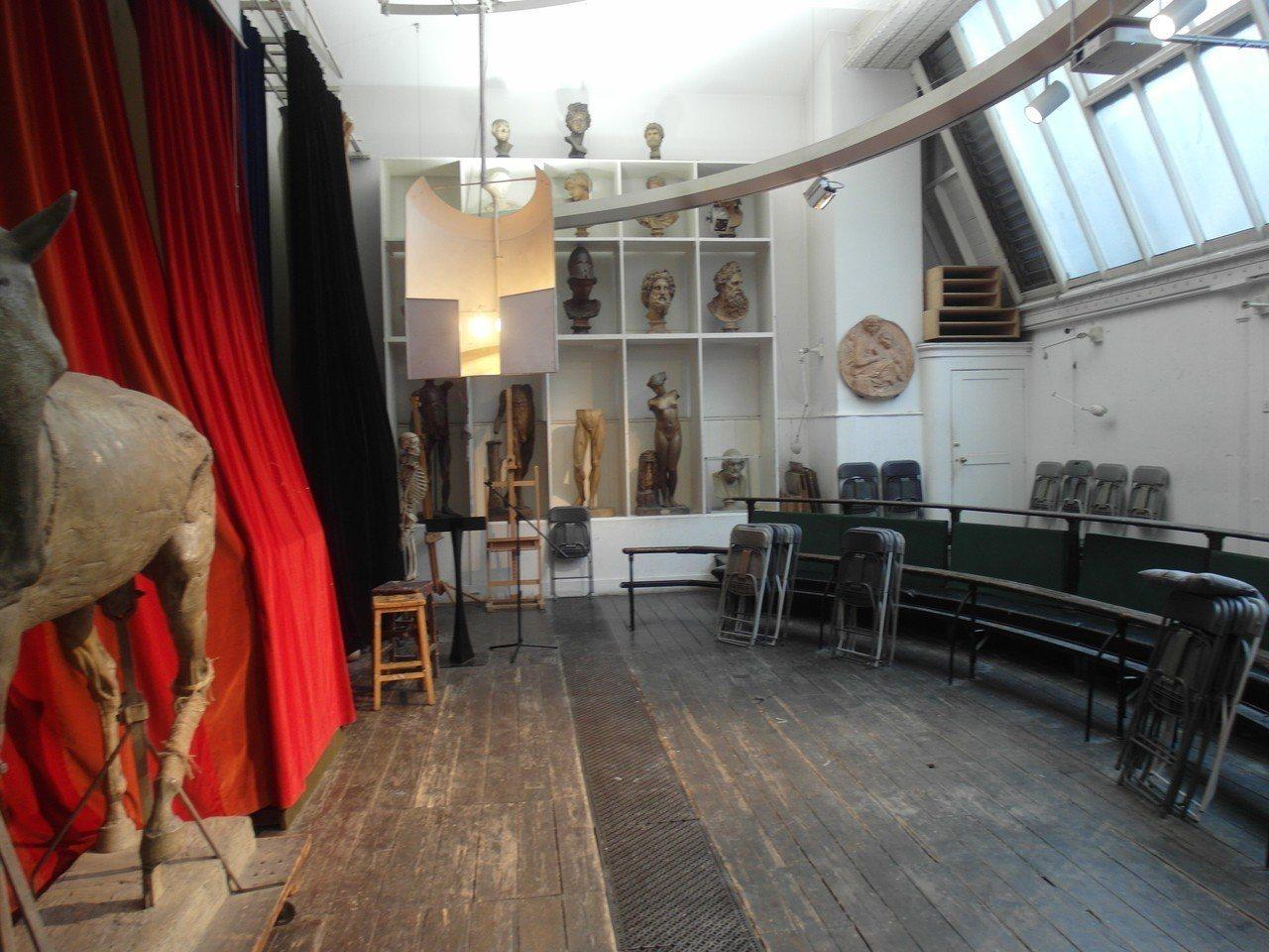 英國倫敦皇家藝術學院的畫室,200多年來,來自全球的藝術家都在這個畫室作畫,近年...