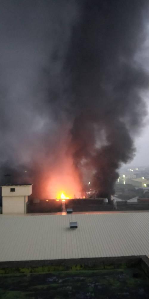 彰化縣大村鄉大崙路一家保麗龍工廠今天清晨5點多傳出火警,火勢燃燒迅速,濃煙密佈。...