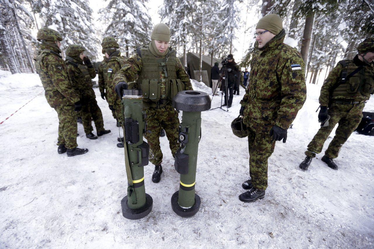 美國計畫出售210枚反戰車飛彈,助烏克蘭防禦俄羅斯。圖為愛沙尼亞軍演時,測試「標...