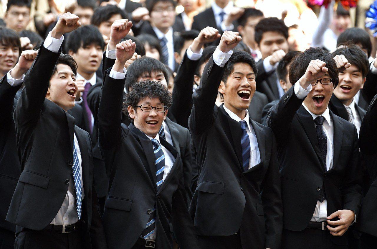 加盟經團連的日本企業徵才說明會昨(1)日解禁,但這也影響了日本企業在徵才上的競爭...