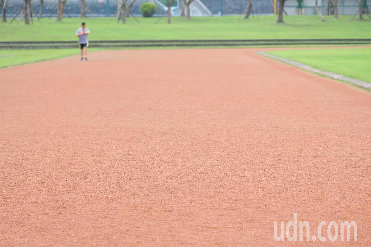 羅東運動公園田徑場紅土跑道,沒下雨會揚塵下雨反而泥濘,影響使用,在縣議員黃素琴爭...