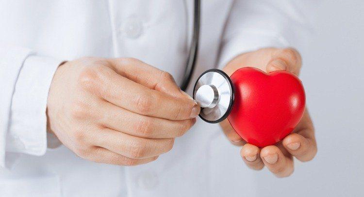 醫師提醒,主動脈瓣膜發生狹窄,會因為血液難以從心臟輸出而使血壓降低,不少同時罹患...