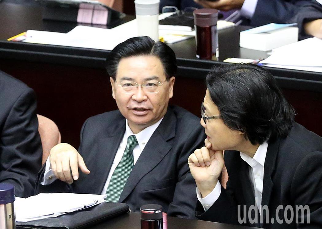 外交部長吳釗燮(左)今天出席立法院施政總質詢。記者余承翰/攝影