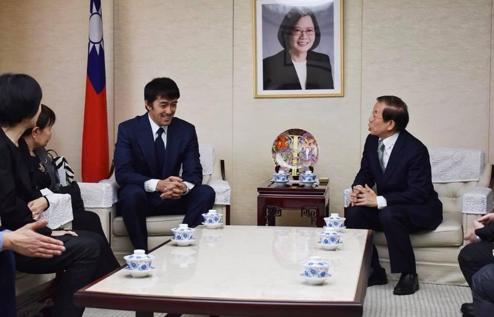 日本男星阿部寬昨低調拜會駐日代表處,實現捐款承諾。圖/翻攝自謝長廷臉書