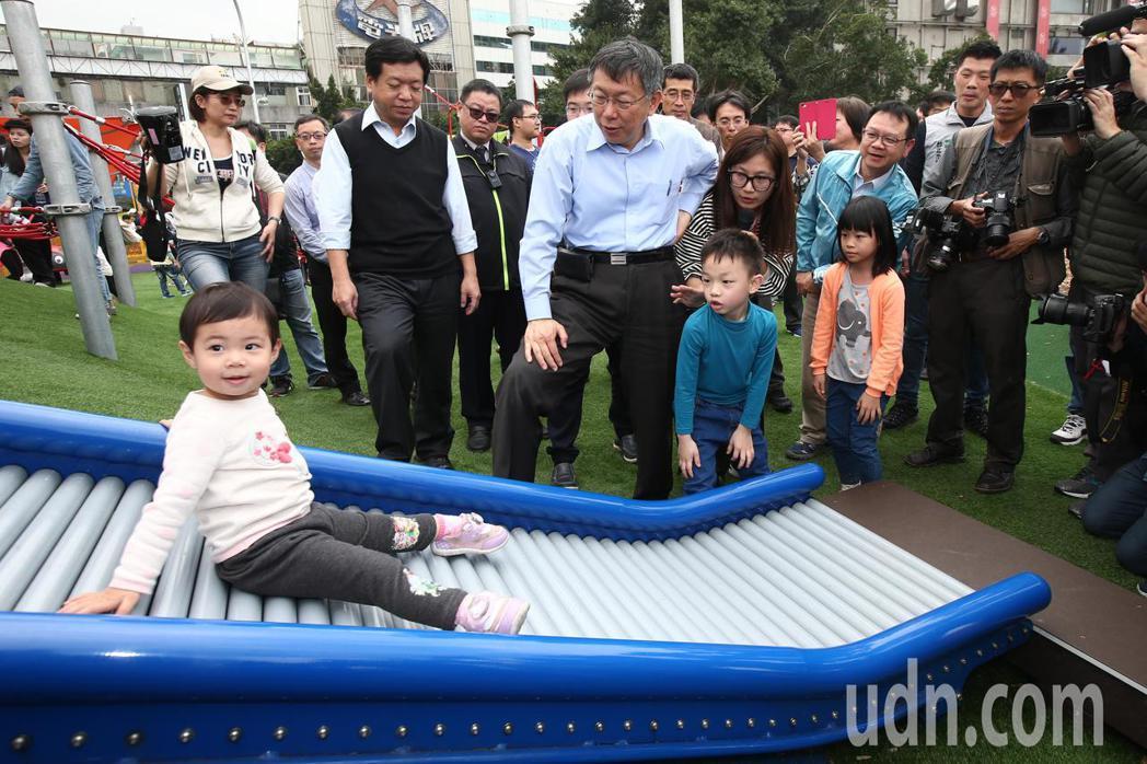 台北市長柯文哲(中)出席「舞蝶共融式遊戲場」啟用活動,包含全台首座輪椅鞦韆、觸覺...