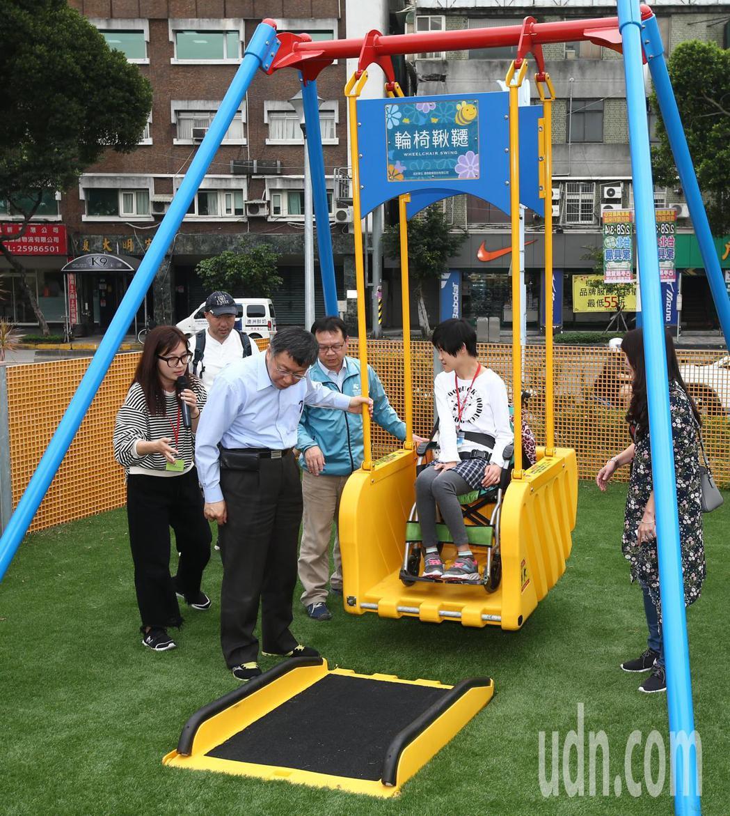 台北市長柯文哲(左二)出席「舞蝶共融式遊戲場」啟用活動,包含全台首座輪椅鞦韆等多...