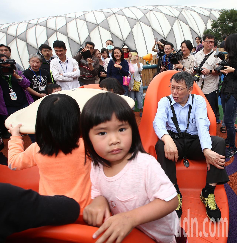 台北市長柯文哲(右一)出席「舞蝶共融式遊戲場」啟用活動,包含全台首座輪椅鞦韆、觸...