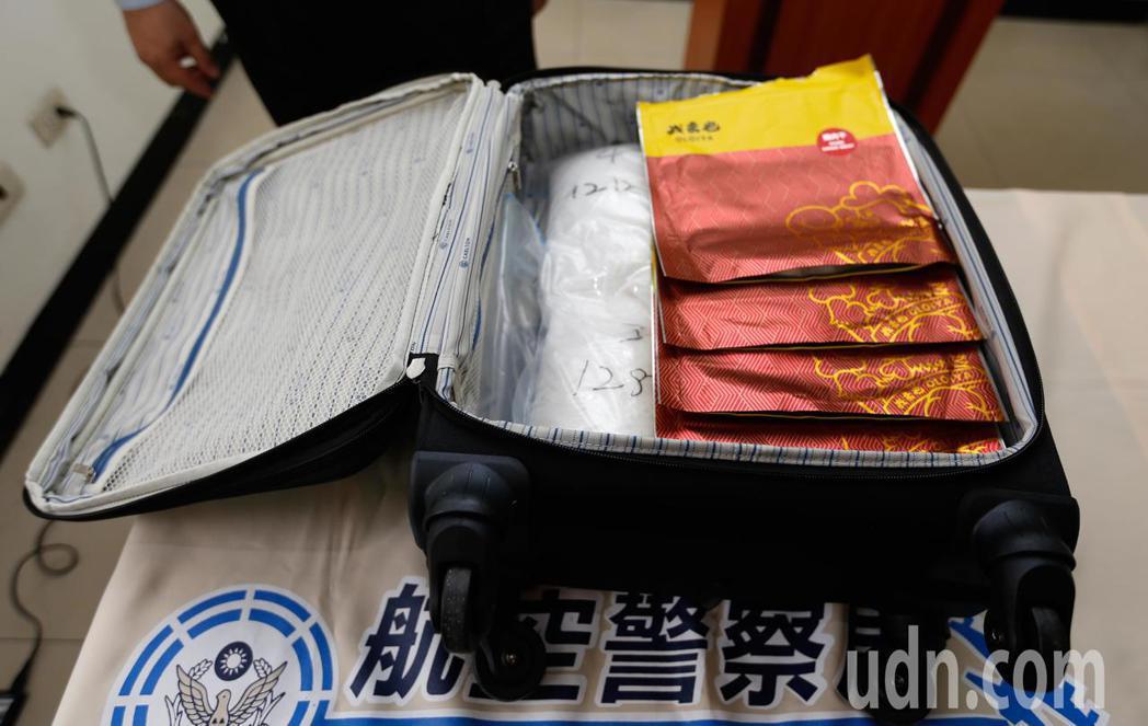 航警局與台北關上午破獲馬來西亞旅客以豬肉乾包裝袋匿藏的K他命闖關。記者鄭超文/攝...