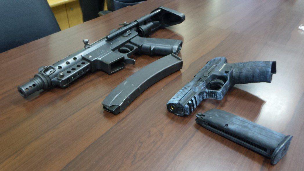 顏姓男子等人涉嫌藏放的衝鋒槍和改造手槍。記者林保光/攝影