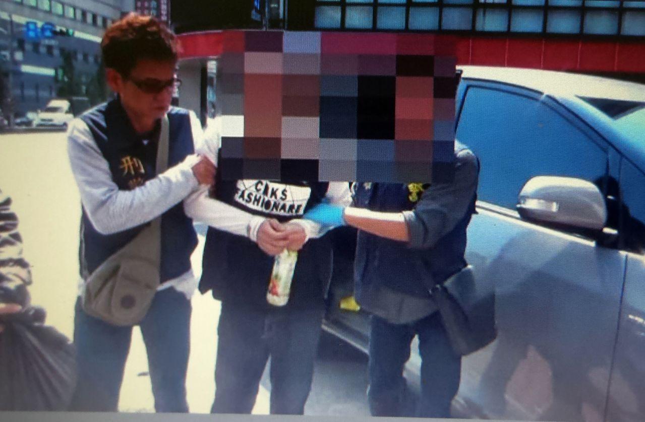 警方逮捕涉嫌擊發衝鋒槍的顏姓男子(中)。記者林保光/翻攝