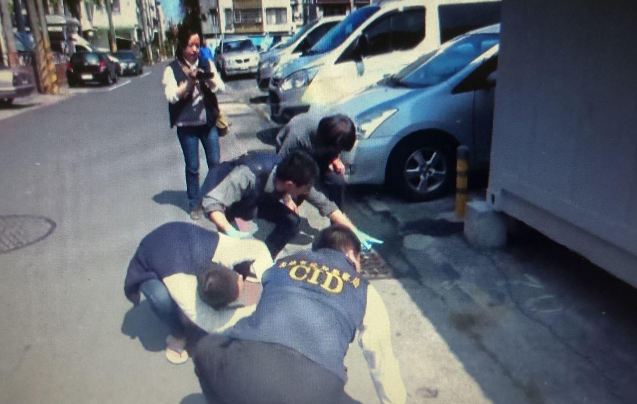 警方在岡山秀傳醫院外的貨櫃屋底下發現藏槍。記者林保光/翻攝