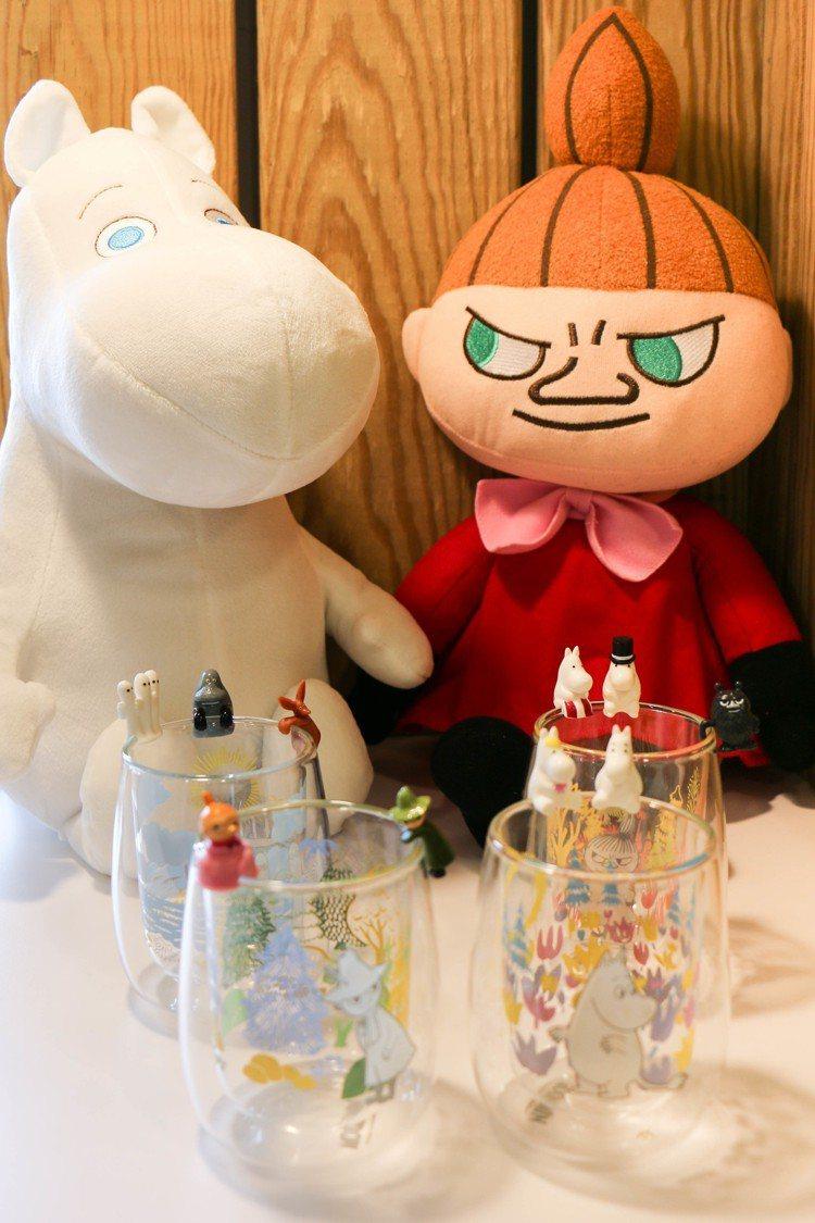 集點贈品包括玩偶、雙層玻璃杯、公仔擺飾。圖/謝欣倫攝影