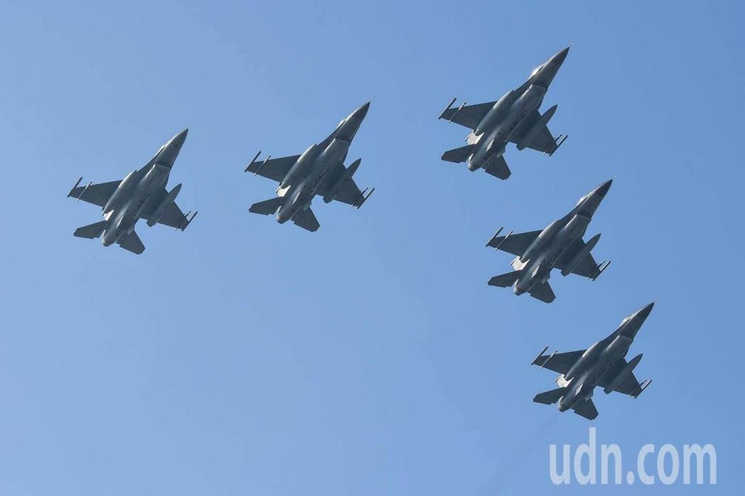 試點燈前空軍嘉義基地5架F16戰機採大雁飛行衝場。圖/空軍嘉義基地提供