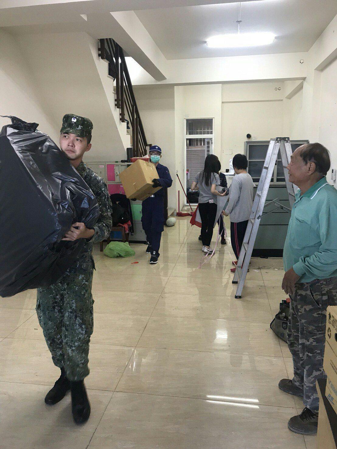 空軍第六聯隊協助鄰近的啟智協進會搬家。記者林良齊/翻攝