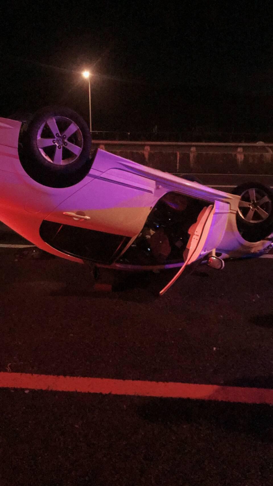轎車失控翻覆。圖/國道公路警察提供