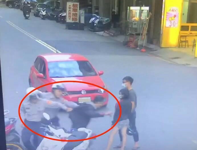 警方發現江謊報身分,江意圖逃跑,當場被警方一手拉住,無處可逃。記者劉星君/翻攝