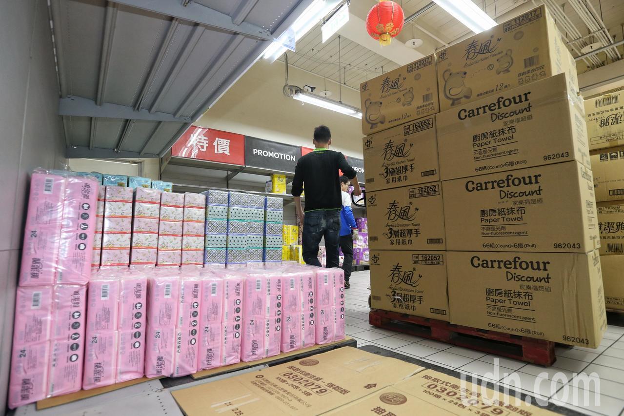 衛生紙架上一片空,大賣場員工忙著補貨。記者鄭清元/攝影