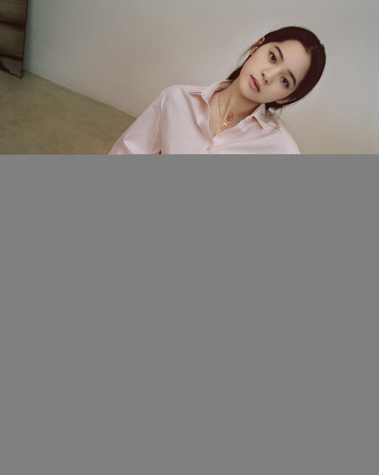 帥氣俐落的粉色褲裝是Maje的經典款。圖/Maje提供