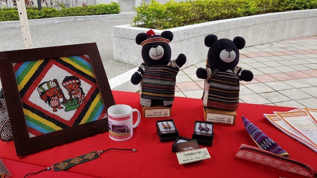 苗栗縣泰雅文物館展示原住民手工藝品,並可透過App導覽深層了解泰雅文化。記者黃瑞...