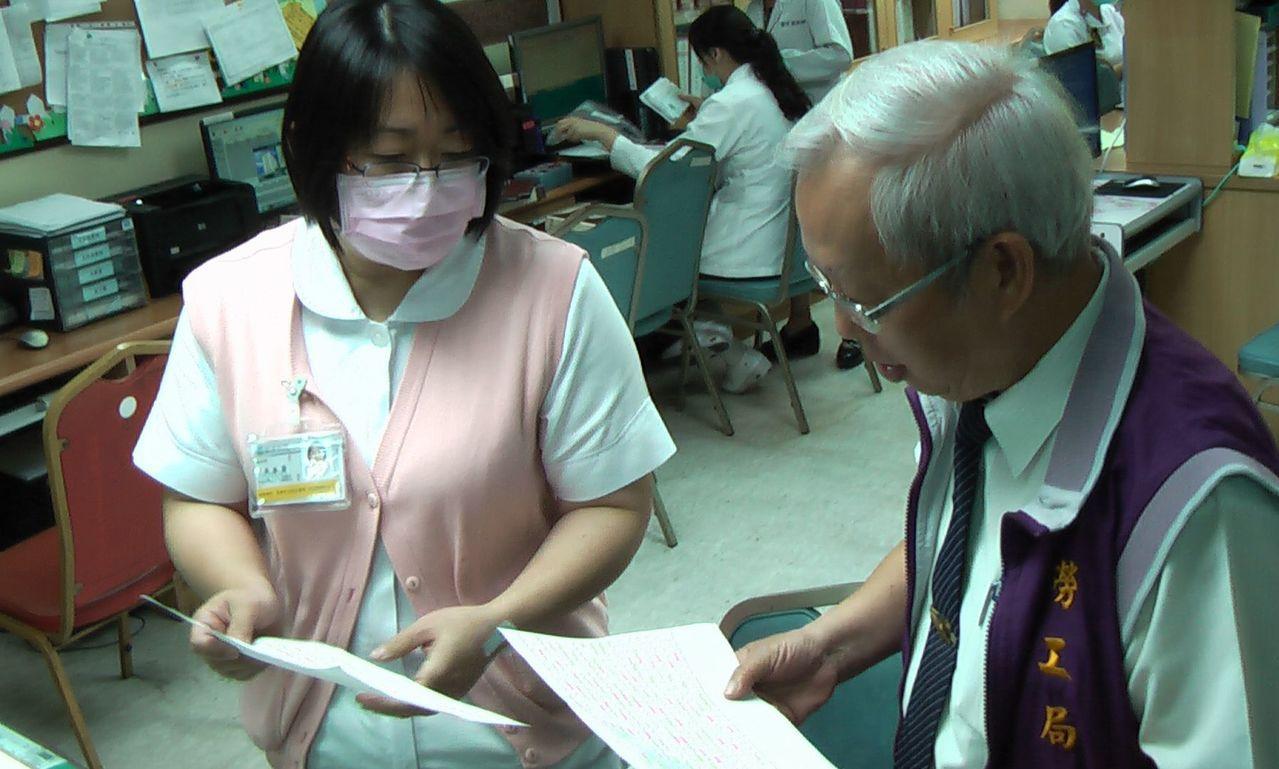 高雄市勞工局到民生醫院執行勞動條件檢查,要求現場提供勞工出勤紀錄、工資清冊等資料...