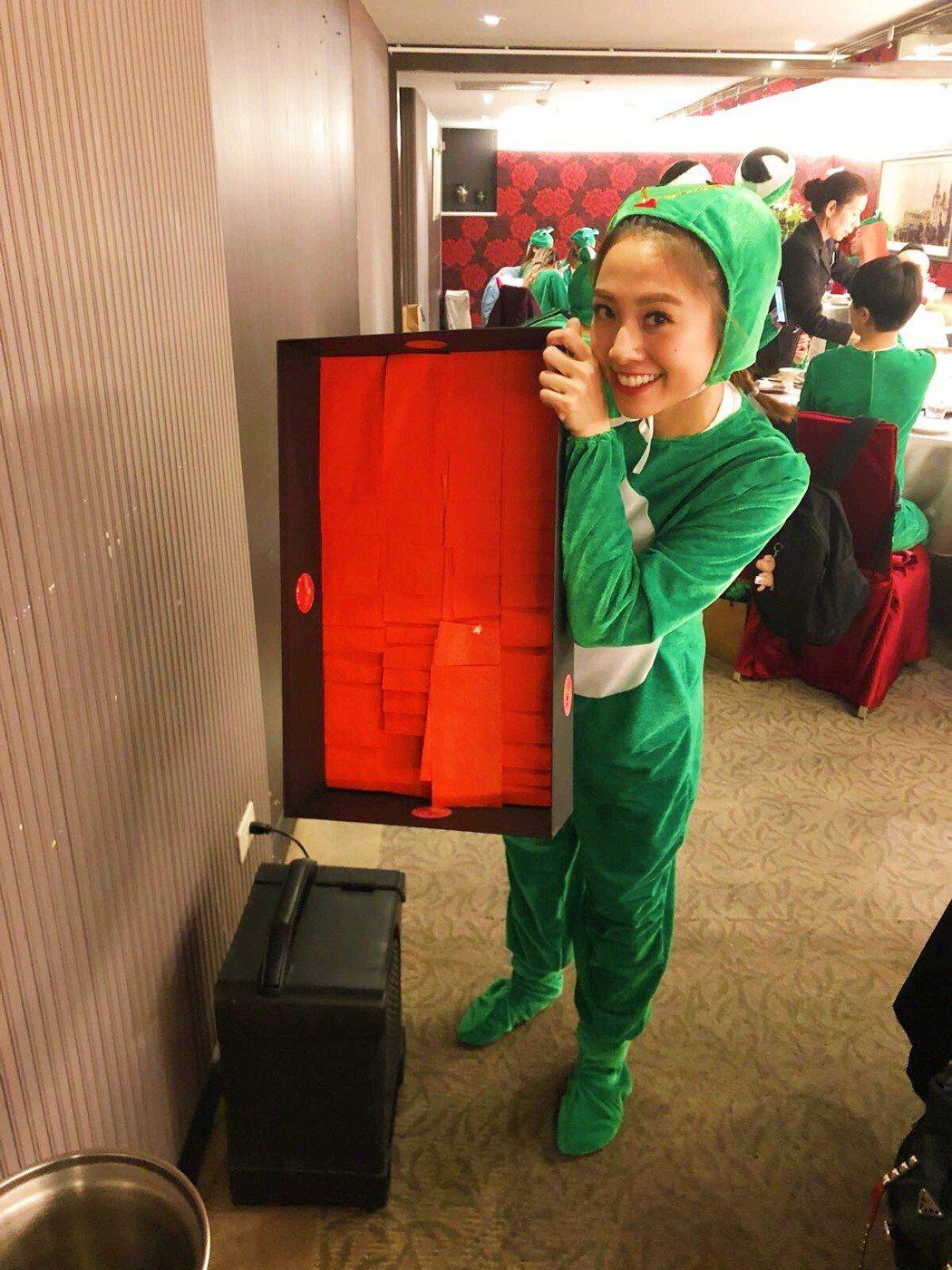 鬼鬼準備多套青蛙裝,完成dress code派對極致的成就。圖/吳映潔工作室提供