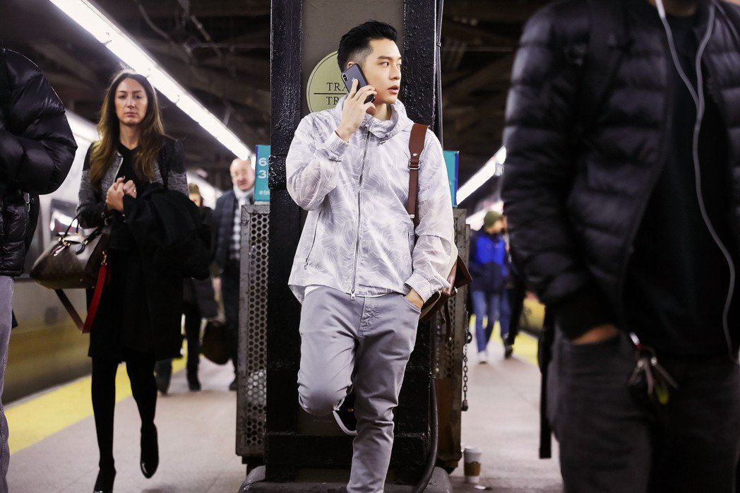 輕盈俐落的春裝在紐約地鐵顯出存在感。圖/MICHAEL KORS提供