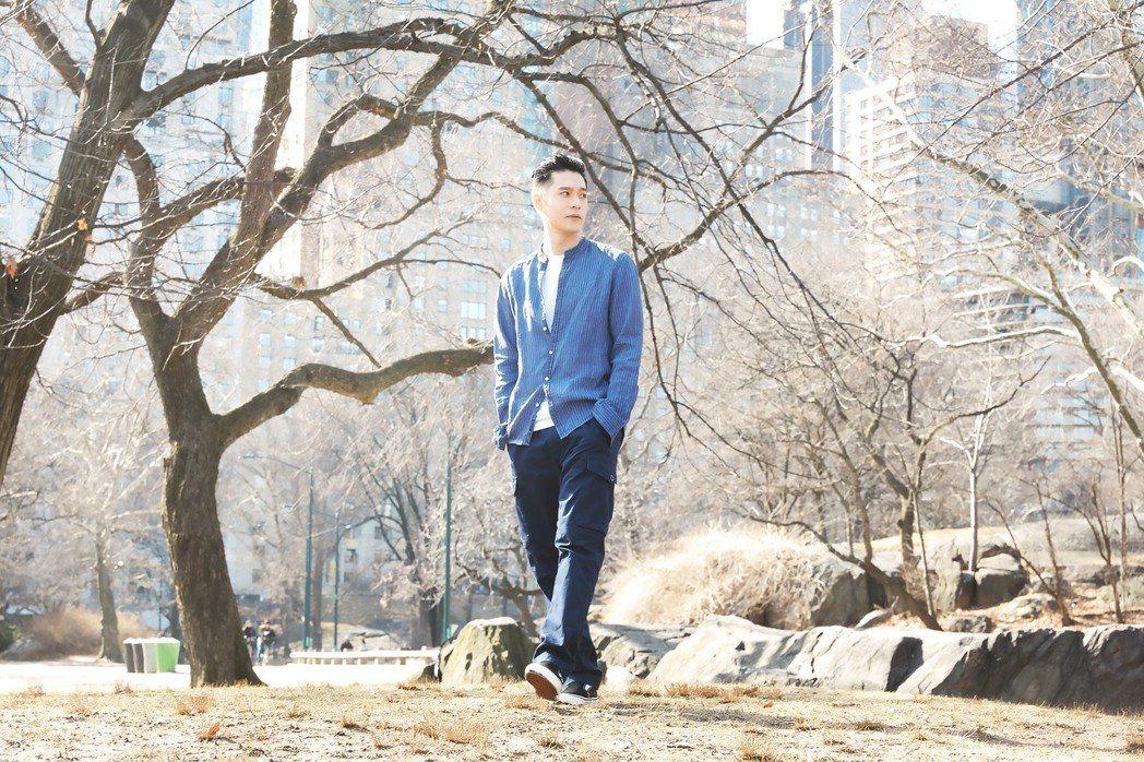 周湯豪身穿煙霧藍條紋亞麻襯衫搭配深藍色工作褲,在中央公園取景。圖/MICHAEL...