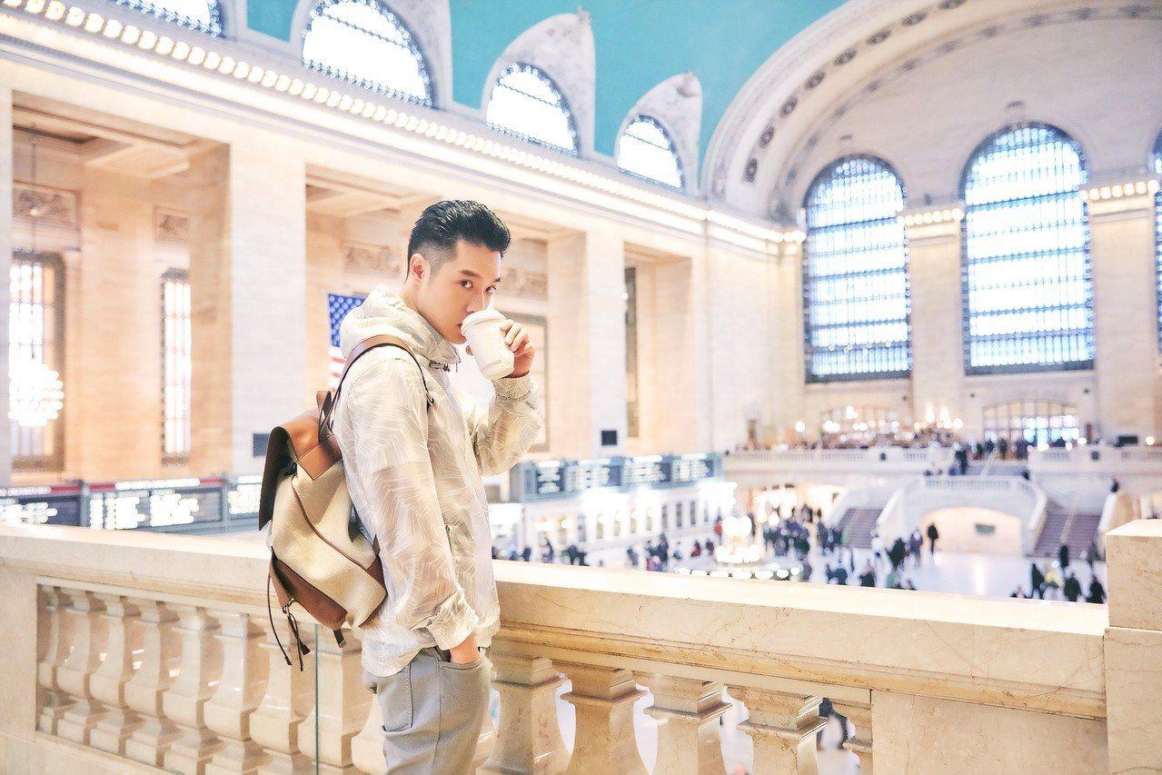 周湯豪在中央車站演繹MK 2018春季男裝。圖/MICHAEL KORS提供