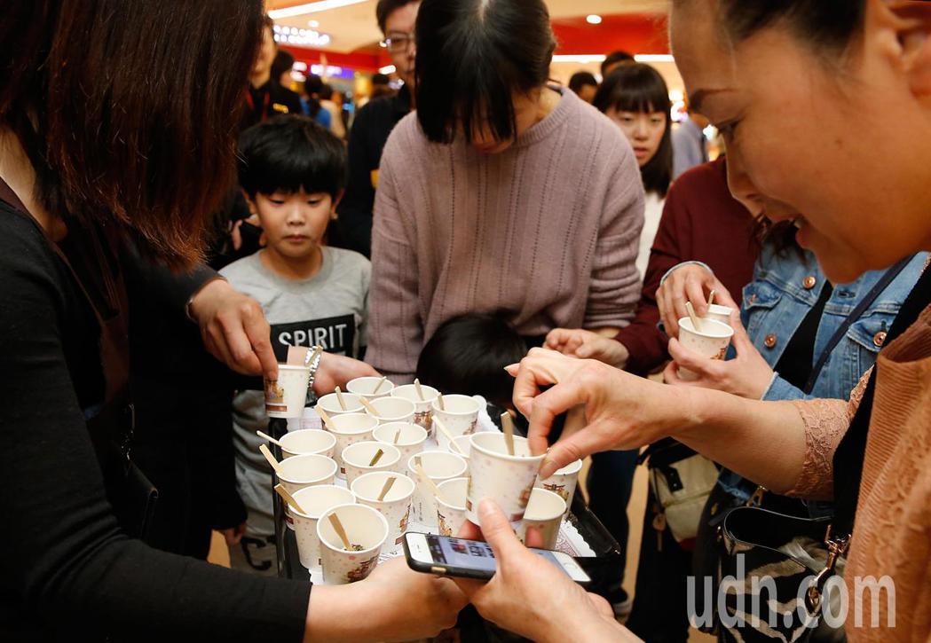 今天是元宵佳節,誠盟公司與手信坊下午在桃機舉辦「旺新春 慶元宵」活動,請往來的旅...