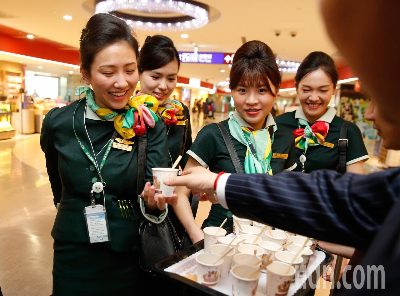 今天是元宵佳節,誠盟公司與手信坊下午在桃機舉辦「旺新春 慶元宵」活動,路過的空姐...
