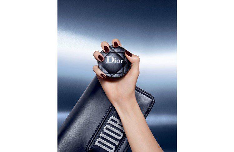 Dior完美持久氣墊粉餅限量皮革質感訂製版,外殼設計以皮質演繹品牌經典代表的「藤...