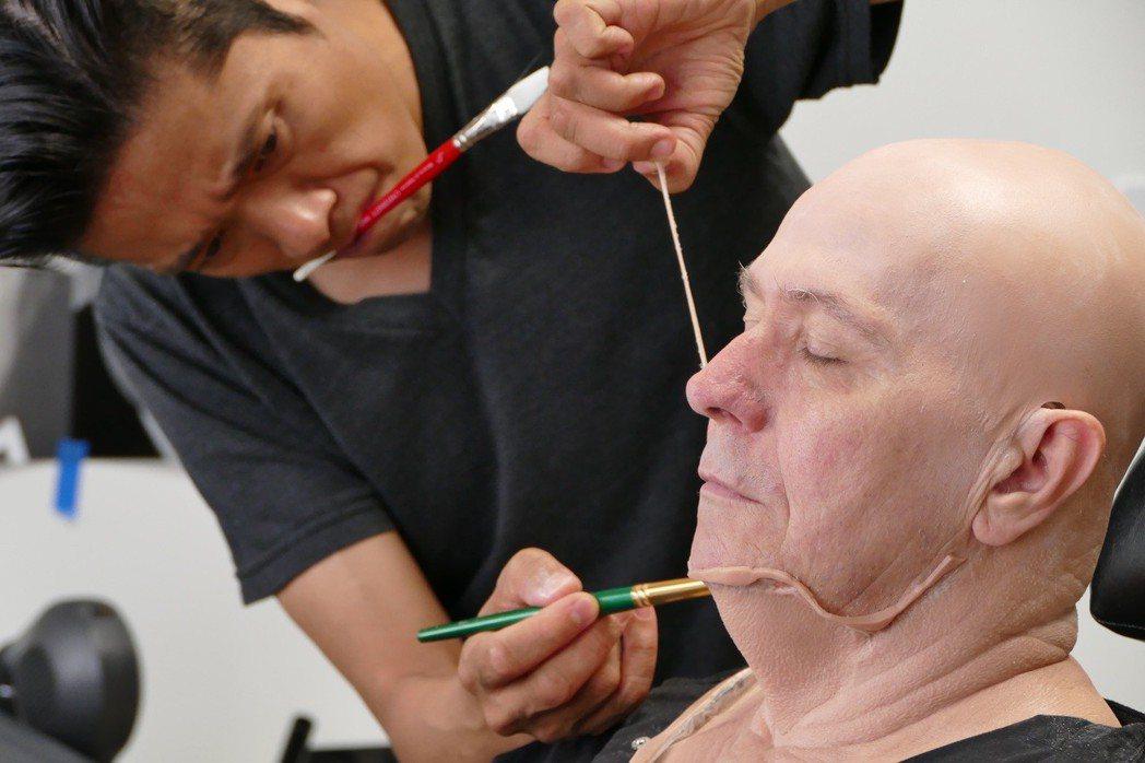 辻一弘為蓋瑞歐德曼打造「最黑暗的時刻」中邱吉爾的扮相。圖/HBO提供