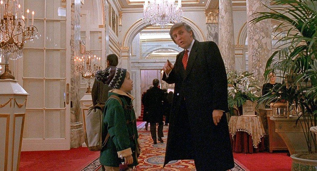 川普曾經客串「小鬼當家2:紐約迷途記」,現在卻和好萊塢關係甚差。圖/摘自imdb