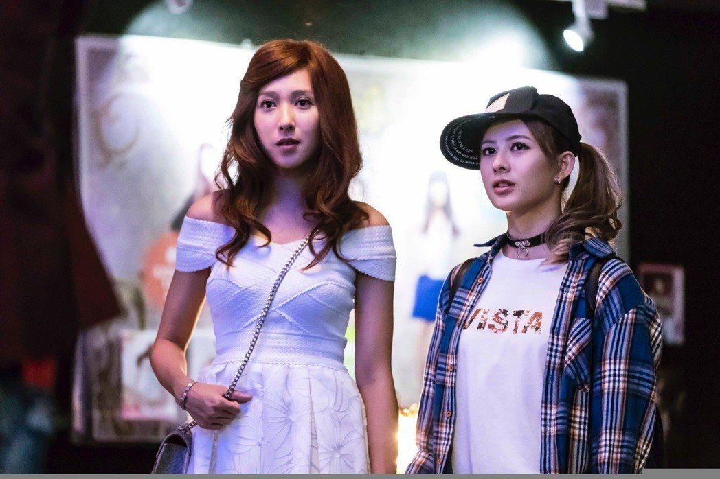 楊晴(左)演出霸氣女警和姚亦晴變裝辦案。圖/TVBS提供