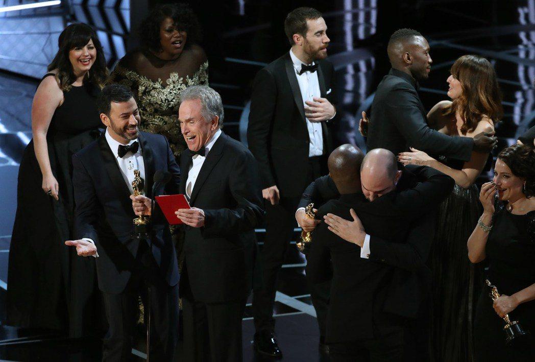 「月光下的藍色男孩」團隊隨後才上台領取最高榮譽—最佳影片大獎。圖/路透資料照片