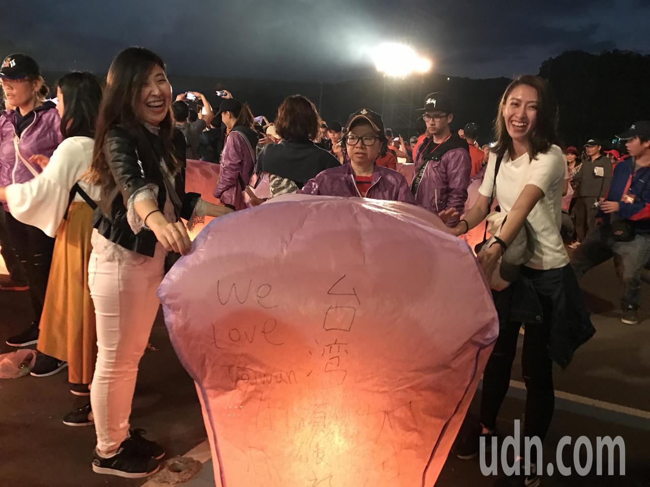 來自日本的KOKORO(右)和AYAKA,在天燈上寫下「台灣加油」,還有we l...