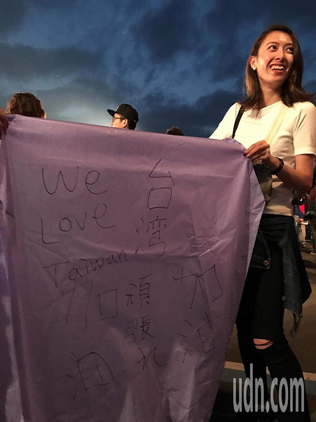 來自日本的KOKORO和AYAKA,在天燈上寫下「台灣加油」,還有we love...