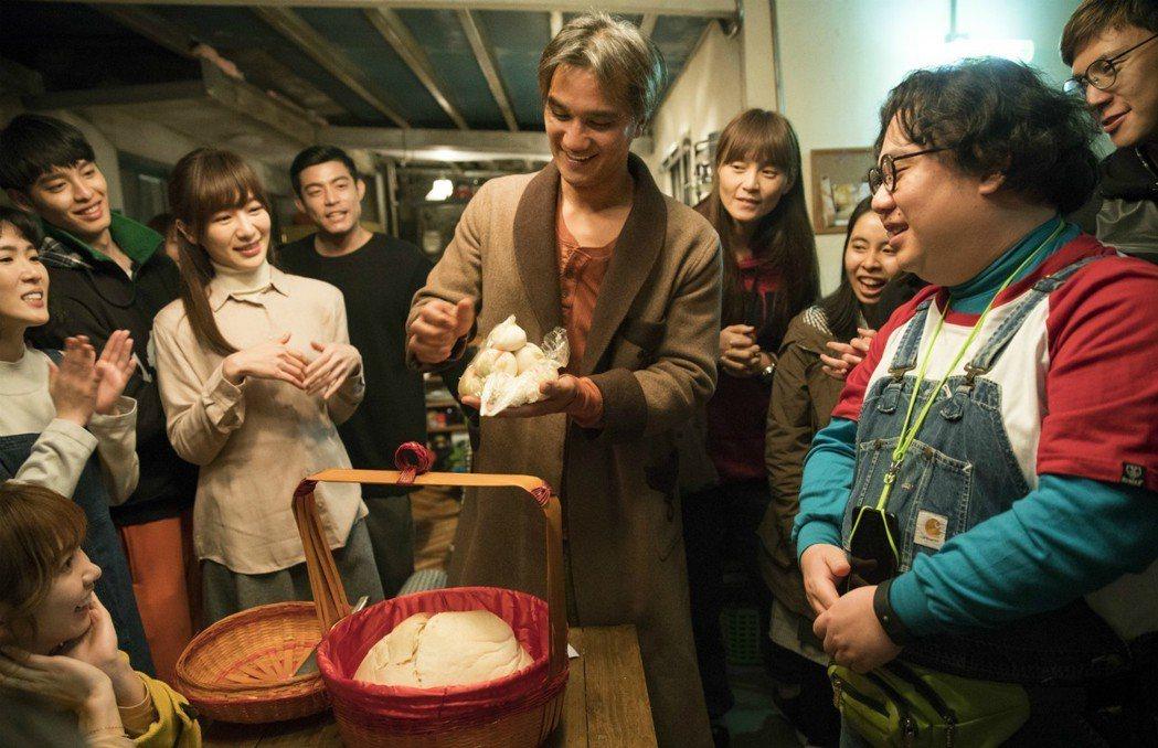 馬志翔拍「人際關係事務所」,劇組演員拿壽桃為他慶生。圖/歐銻銻娛樂提供
