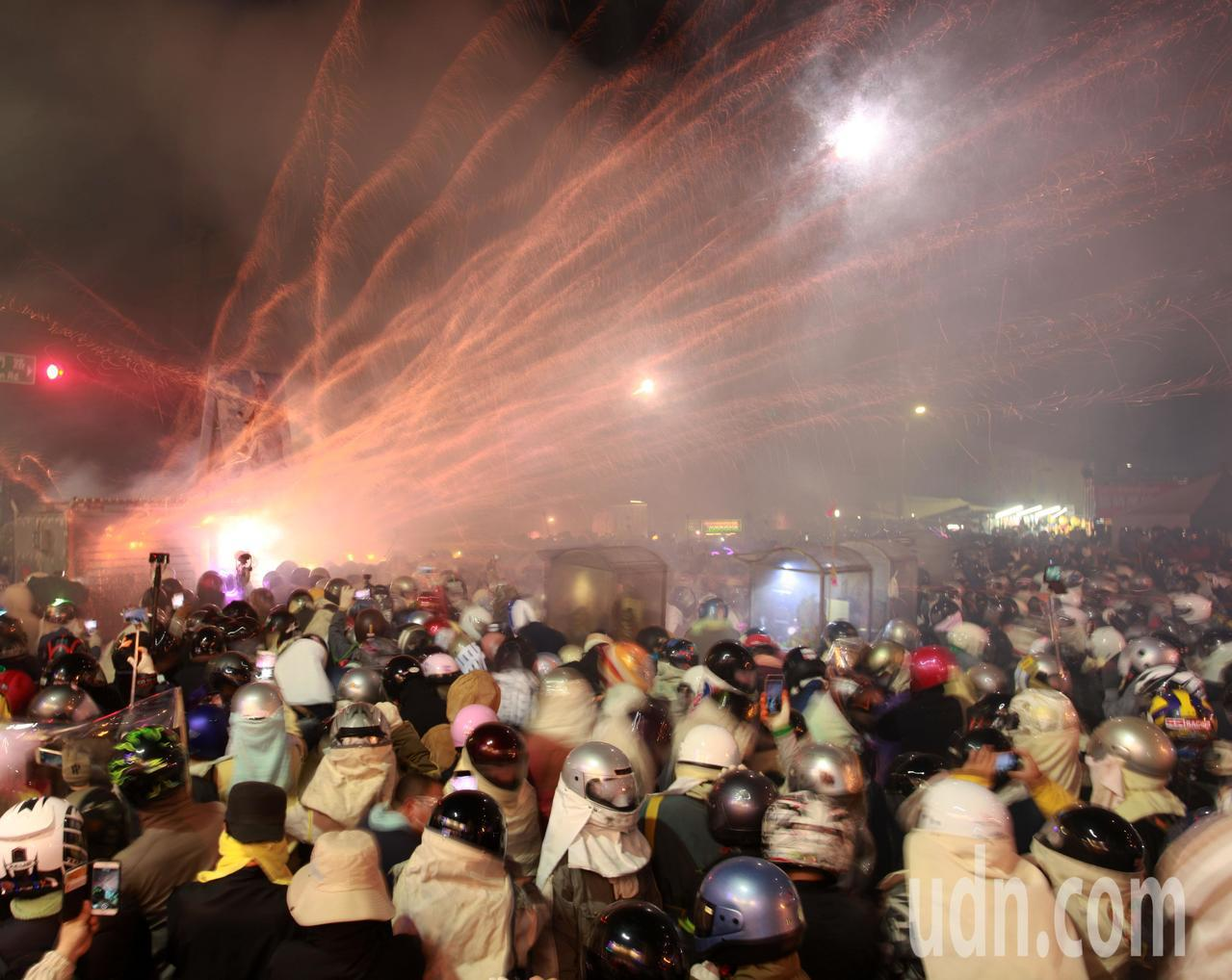 台南鹽水蜂炮今晚震撼登場,估計有近十萬人潮在傍晚陸續湧入,感受「蜂狂小鎮」的獨特...