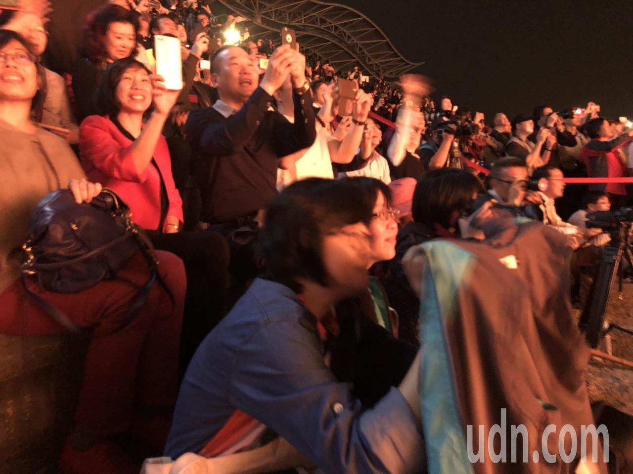重慶銅梁火龍今晚在南投燈會登場,帶來更精彩的表演,高溫鐵水濺射化成一陣陣流星火雨...