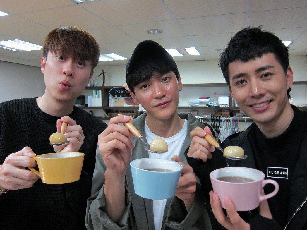 劉書宏(左起)、曹晏豪、溫肯尼吃元宵。圖/東森提供