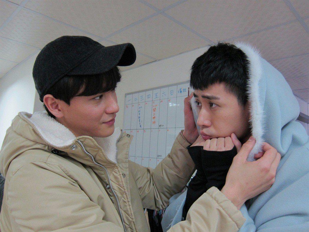 曹晏豪(左)、溫肯尼穿周曉涵戲服重現劇中粉紅畫面。圖/東森提供