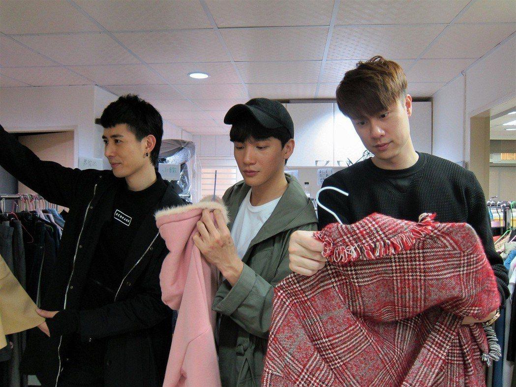 劉書宏(右起)、曹晏豪、溫肯尼整理戲服拍賣。圖/東森提供