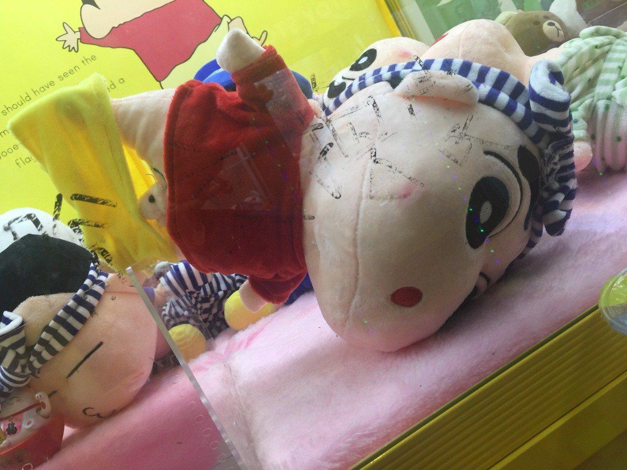 許姓男子到台中市出差,於西屯區逢甲路上一間夾娃娃機店殺時間,夾的過程中意外扯下玩...