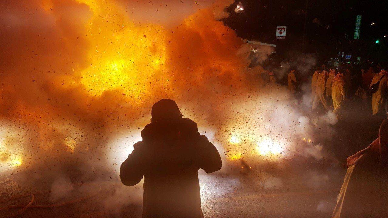 鞭炮點燃後,大量的爆炸火光與震耳聲響,讓現場震撼力十足。