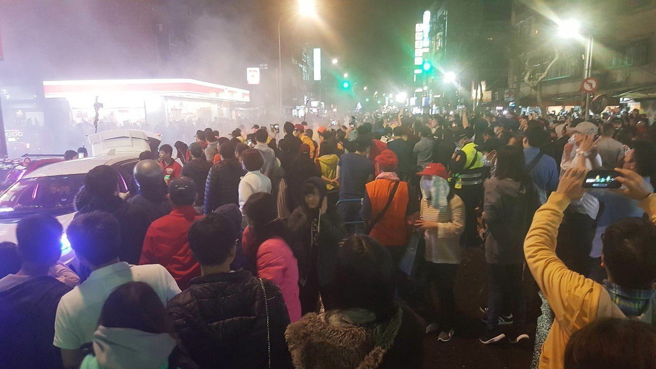 一年一度的夜弄土地公活動,吸引大批民眾同行圍觀。