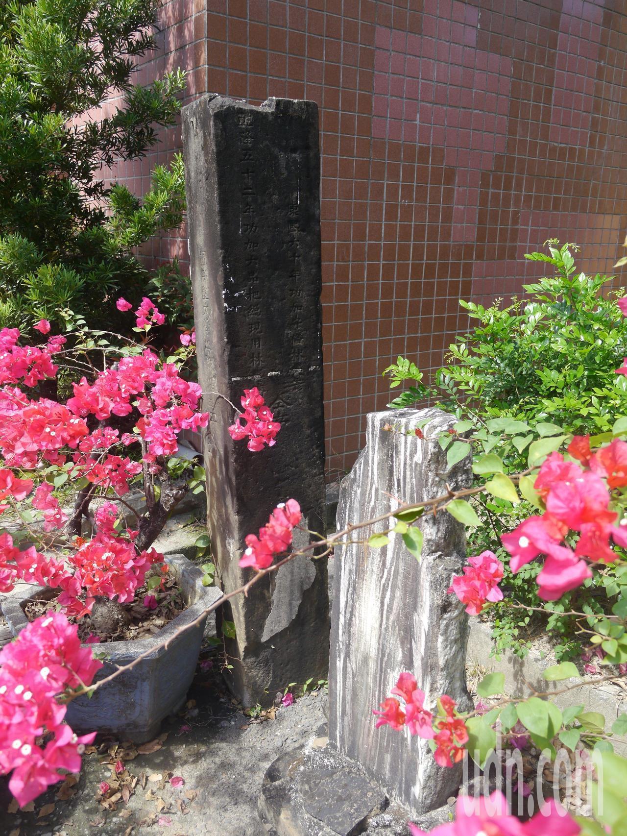 這座珍貴石碑安置在美濃國小校園多年,未來將移往室內保存。記者徐白櫻/攝影