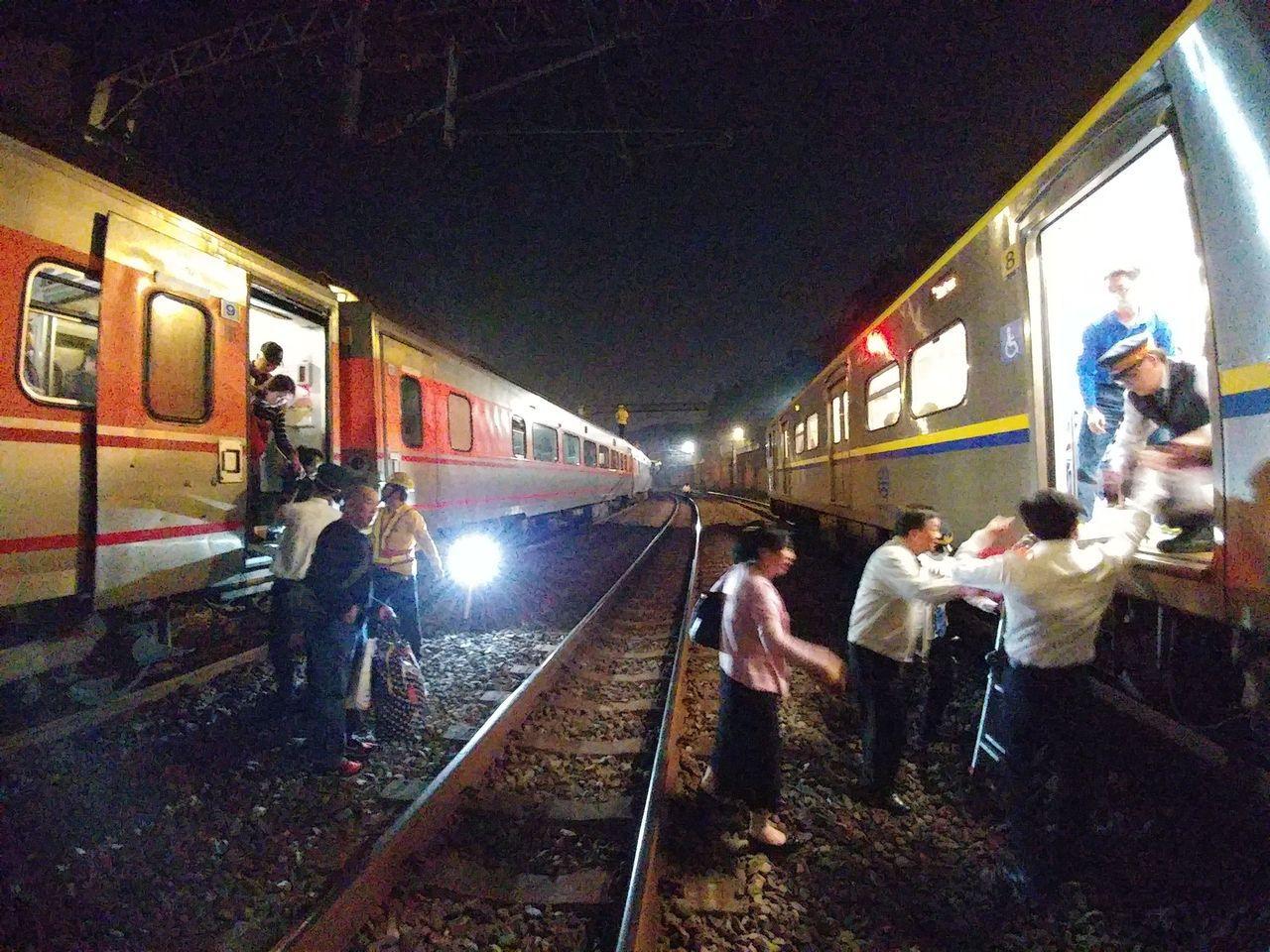 台鐵134次自強號晚間8時24分於汐止至七堵間電車線斷落,列車受困,晚間11時完...
