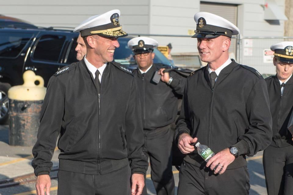 美國海軍的黑色軍便服夾克,與冬季長褲顏色一致,兼顧「有型」與便利。 圖/引自美國...